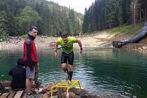 Během překážkových závodů na běžce čeká řada úskalí. Během závodu musí překonat několik překážek, výjimkou nejsou ani skluzy do vody.
