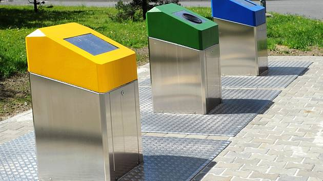Podzemní kontejnery se objevily v poslední době v řadě měst v ČR. Na povrch vystupují sloupky, kam lidé vhazují odpad.