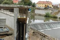 Stavba nového mostu přes říčku Liboc v Libočanech na silnici Žatec–Kadaň.