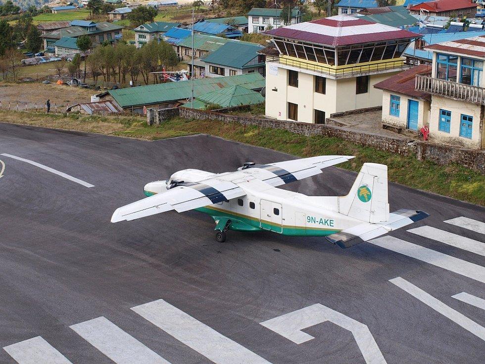 Letadlo při odletu z Lukly zabrzdí, dokud nemají motory plný tah...