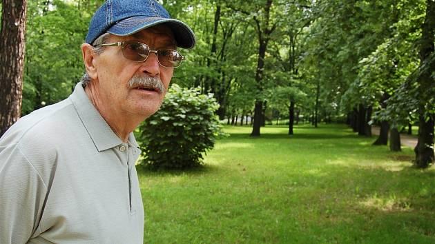 Jiří Imlauf chodí do parku u Autoservisu Kopta na pravidelné procházky. Vedení města chce tuto část parku oživit.