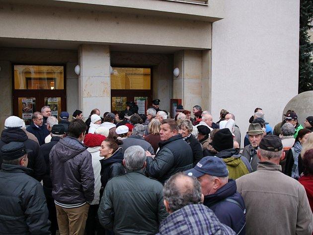 Příznivci i odpůrci Miloše Zemana čekají na vpuštění do Vrchlického divadla.