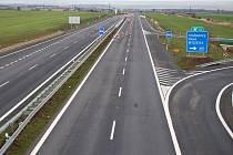 V roce 2009 byl otevřen nový úsek silnice dálnice u zóny Triangle na Žatecku. Na pokračování ve směru na Louny řidiči léta čekají.