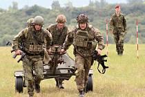 Vojáci utíkají s minometem poblíž kasáren v Žatci, kde včera probíhala část disciplín v rámci Memoriálu Davida Beneše.