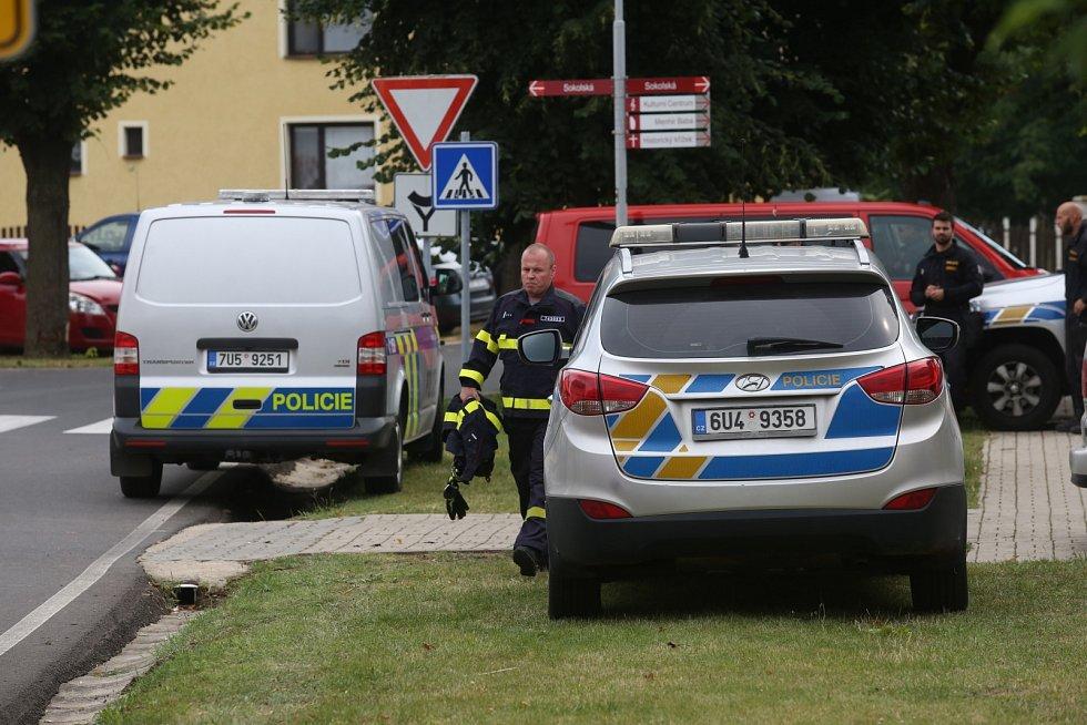 Po sedmi letech od zmizení Jany Paurové ze Slavětína pátrají policisté opět v jejím domě a okolí. Akci je přítomen také manžel Pavel Paur (v oranžovém tričku).