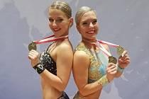 MEDAILISTKY Z LOUN. Karolína Jánská (vlevo) a Adéla Citová společně vybojovaly stříbro, Citová pak obhájila v hlavní kategorii žen zlato.