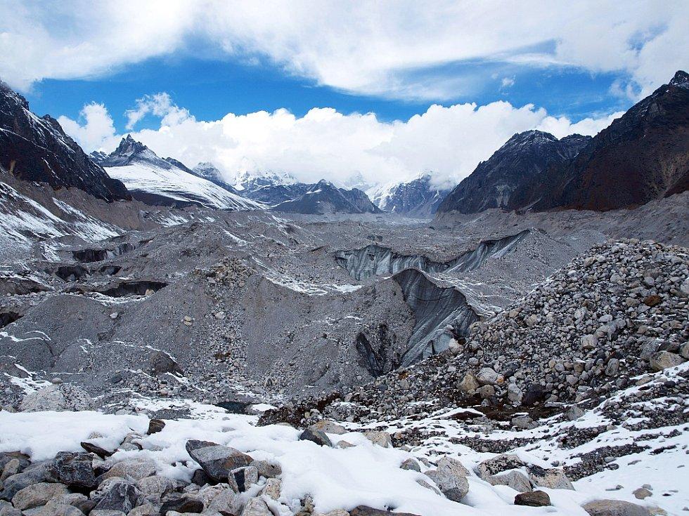 Ledovec Ngozumpa u osady Gokyo (4790 m)