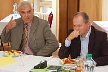 Poslanci za ČSSD Josef Čerňanský (vlevo) a Michal Hašek diskutují na jednání v Chmelařském institutu v Žatci.