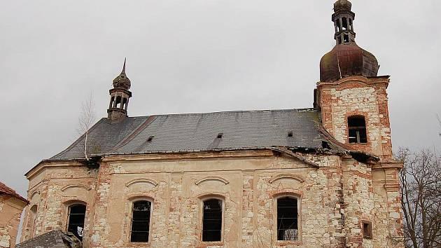 Zdevastovaný kostel v Siřemi