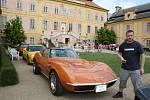 Třicet nablýskaných  aut značky Chevrolet Corvette, bylo kvidění  na nádvoří státního zámku vKrásném Dvoře, 2015.