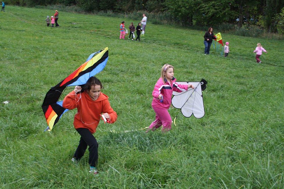 Pouštění draků patří i na Lounsku a Žatecku k oblíbené podzimní zábavě.