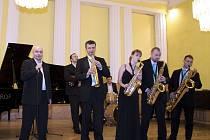 Saxofonový band Harmony & Přátelé pod vedením Lukáše Čajky, potěší příznivce hudby řádnou dávkou swingu.