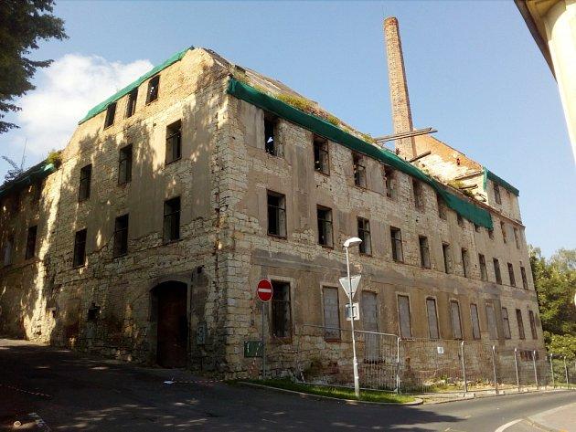 Zdevastovaný dům na rohu Příkré a Nákladní ulice v Žatci