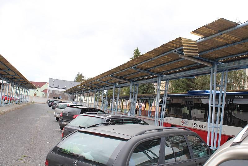 Přístřešky u autobusového nádraží a parkoviště nejsou v nejlepším stavu.