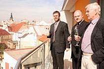 Jan Kerner, Radek Vonka a Jiří Markup (zleva) obhlížejí Louny z balkonu nového bytu v tzv. polyfunkčním domě na lounském Náměstíčku.