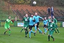 Žatečtí fotbalisté (v zeleném) přišli o své hubené vedené krátce před koncem utkání, ale následné penalty již zvládli.