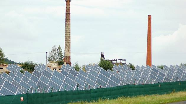 U Tuchořic vznikla sluneční elektrárna na místě bývalé cihelny. Komíny cihelny ještě zůstaly.