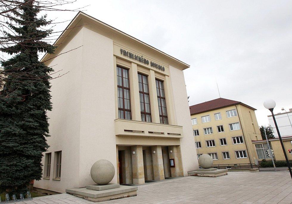 Souboj rodáků: Vrchlického divadlo v Lounech nese jméno slavného literáta, prostor před ním by mohlo obsadit moderní umění autora Zdeňka Sýkory