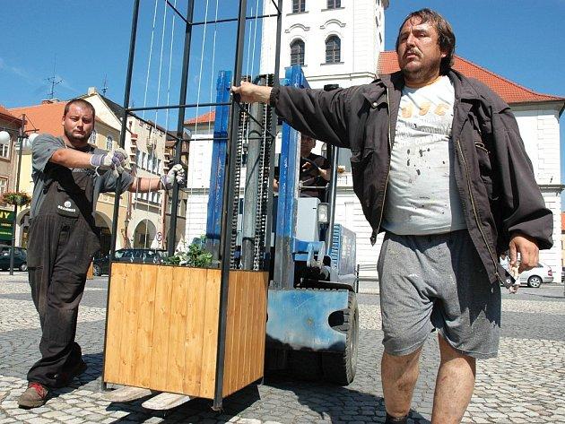 Josef Rosenkranc (vlevo) a Rostislav Kostka přidržují na ještěrce jedoucí konstrukci na chmel.