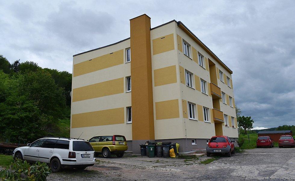 Opravený panelový dům v Domoušicích.