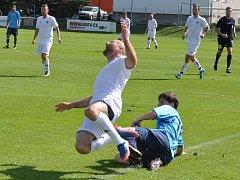 Fotbalisté Dobroměřic (v bílém) v utkání proti Podbořanům