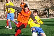 V nedělním utkání lounského turnaje bojuje vlevo domácí Václav Suchý, jemuž se snaží vypíchnout míč  Zdeněk Poborský z dorosteneckého družstva Chmel Blšany.