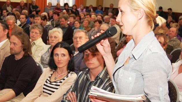 250 lidí protestovalo proti plánům SÚRAO, nesouhlas vyjádřila i Eva Čechurová. .