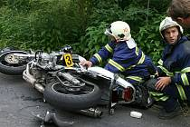 Dopravní nehoda motorky a osobního vozu na silnici z Postoloprt do Lenešic