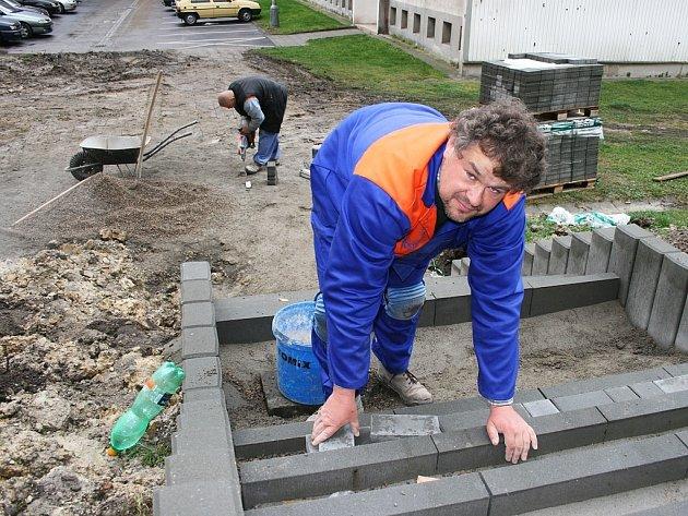 Miroslav Skružný pracuje na rekonstrukci schodů v ulici SNP v Lounech.