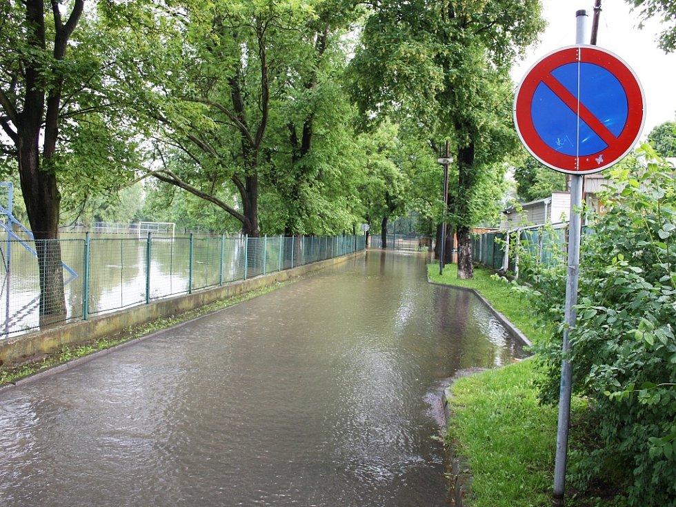 Rozvodněná Ohře v Lounech 4. 6. 2013. Ze silnice podél hřiště u ZŠ P. Holého k baseballovému stadionu se stala řeka. Projet nelze
