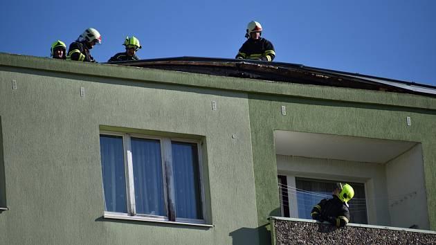 Silný vítr poničil v pondělí 10. února po poledni střechu sedmipatrového panelového domu na sídlišti Jih v Žatci