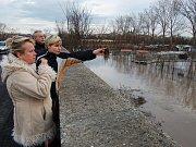 Vytrvalý déšť začal rovněž ve Velkém Poříčí opět zvedat hladinu řeky Metuje, na které se v současné době budují protipovodňová opatření.
