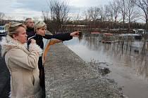 Lidé sledují, jak mají zaplavené zahrady mezi Louny a Dobroměřicemi.