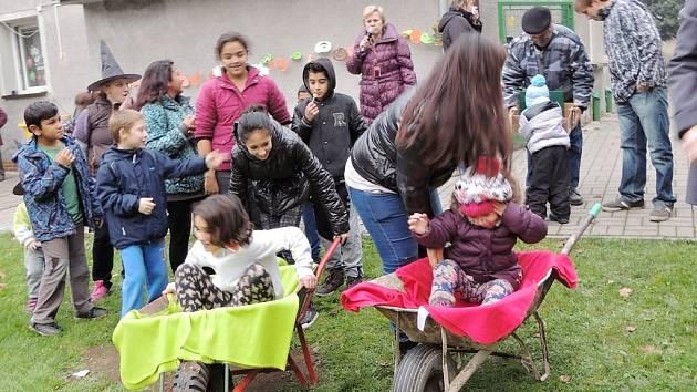 Podzimní hrátky na zahradě mateřské školy v Zeměchách