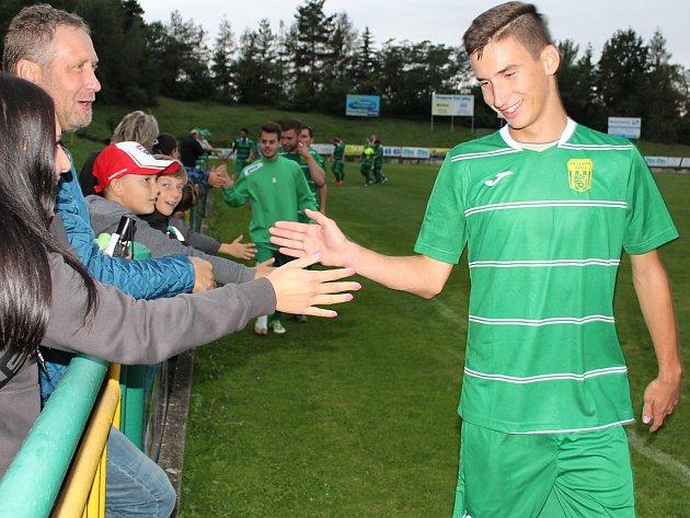 Filip Klinec při závěrečné děkovačce s domácími fanoušky.