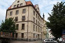 Objekt bývalé sušárny a skladu chmele na rohu Smetanova náměstí a Kovářské ulice v Žatci. Objekt je nyní prázdný.