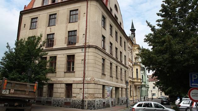Objekt bývalé sušárny a skladu chmele na rohu Smetanova náměstí a Kovářské ulice v Žatci. Ilustrační foto.
