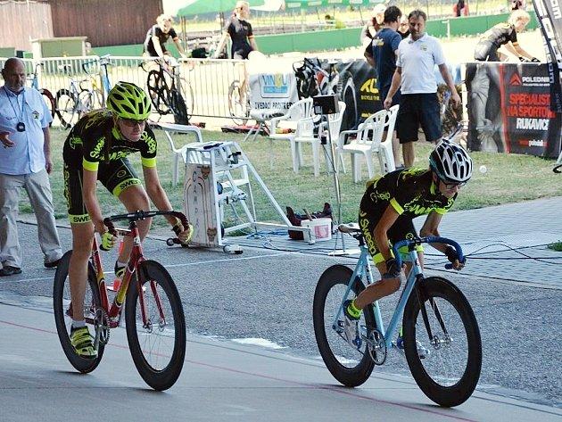 Tereza Prošková s Barborou Parmovou při závodě týmových sprintů na dráze v Brně. Vybojovaly třetí místo.
