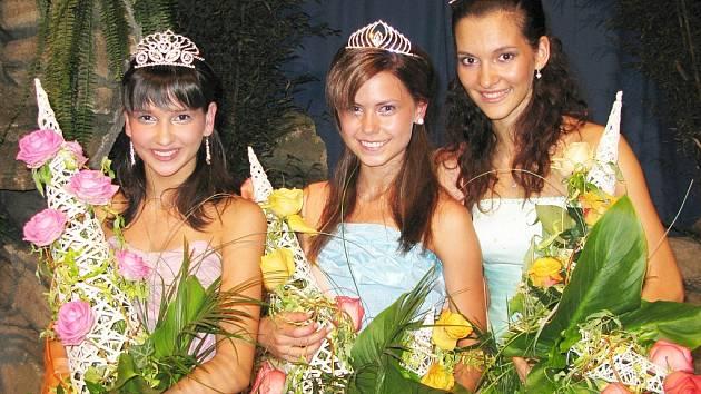 Dívka roku 2008, čtrnáctiletá Blanka Skálová (uprostřed). Na druhém místě se umístila patnáctiletá Zuzana Šťastná z Neratovic a na třetím rovněž patnáctiletá Lucie Klukavá z Ostravy–Zábřehu.