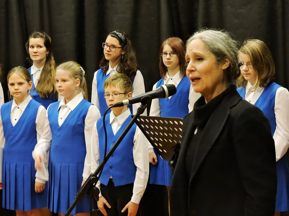 Herečka Táňa Fischerová s dětmi z pěveckého sboru při společném zpěvu a slavnostním zahájení  celoročního projektu Lucemburské Louny.