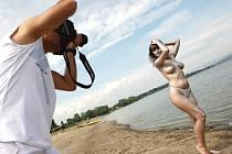 Fotograf ze Žatce Antonín Svoboda pořizuje na Nechranické přehradě umělecké snímky s modelkami a českou pornoherečkou Martinou Tarra White.