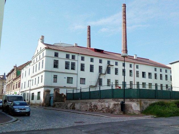 Bývalý sklad chmele na rohu Nerudova náměstí a Alšovy ulice v Žatci, který se přemění na byty.