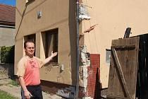 """""""Nedávno jsme dokončili rekonstrukci. Teď nás čeká další práce,"""" říká Martin Vávra, majitel domu ve Velemyšlevsi, do nějž narazil autobus."""