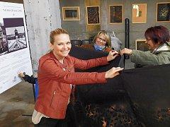 Lenka Minaříková připravuje se studentkami  Univerzity třetího věku výstavu v žatecké synagoze.