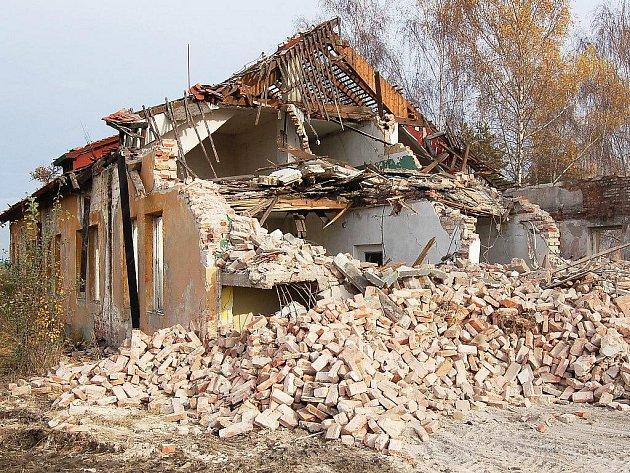 Demolice v podbořanských kasárnách