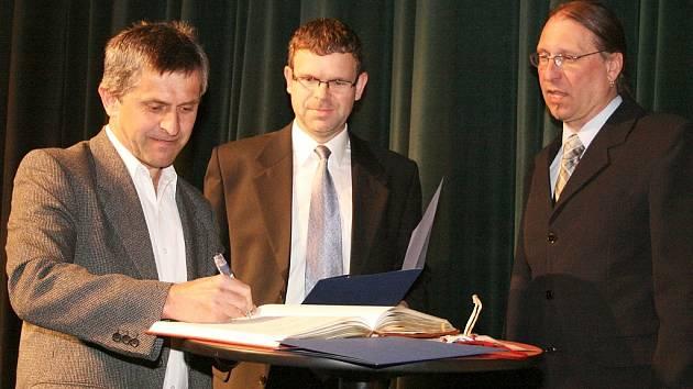 Jiří Suchý (vlevo) se stal v neděli 25. května večer jubilejním 150 000. návštěvníkem Vrchlického divadla v Lounech.
