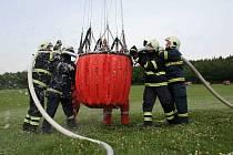Cvičení hasičů při imitovaném požáru lesa na Podbořansku