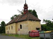 Kostel sv. Bartoloměje v Žaboklikách je téměř ze všech stran schovaný ve stromech