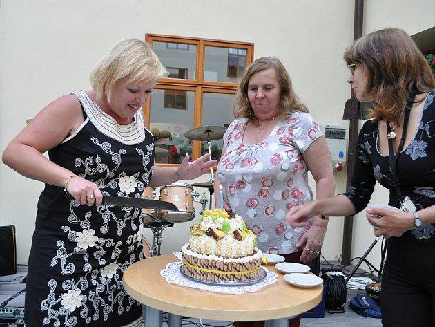 Ředitelka Dagmar Bahnerová (vlevo) rozkrojila narozeninový dort.