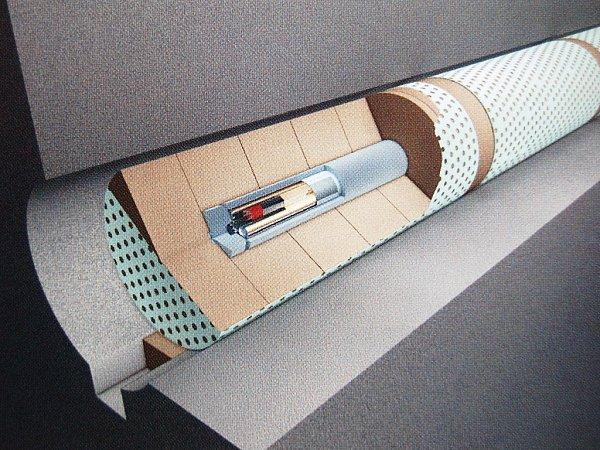 Kontejner musí vydržet několik tisíc let, průniku zabrání také bentonitová výplň mezi kontejnerem a horninou. Poslední bariérou, na další tisíce let, je samotná hornina.